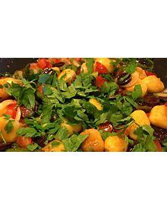 Resepti-Italianpata, gnoccheja, tomaattia ja puutarhan yrttejä